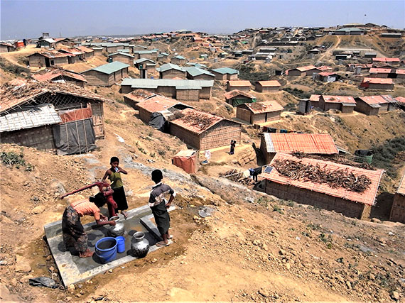 クトゥパロン避難民キャンプの様子と、水を汲む避難民の人々(2018年3月7日)