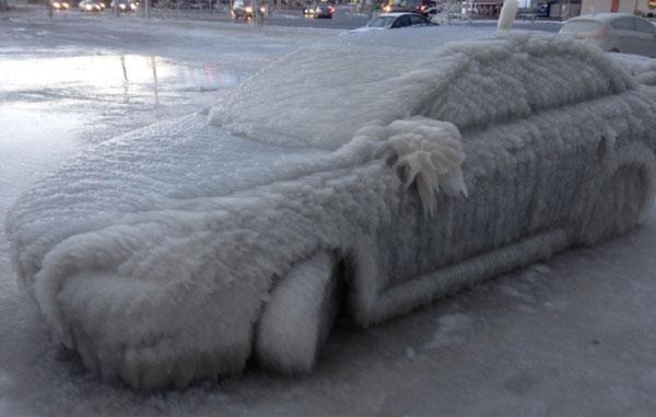 札幌冰雪节!在观看美式足球时,停在停车场的车完全沉浸在冰中[影响视频]