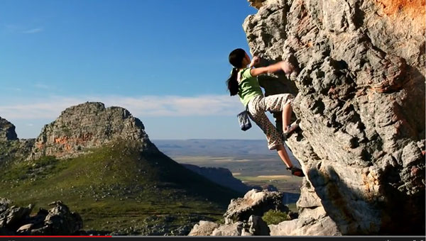 一个13岁的抱石天才少女爬上悬崖