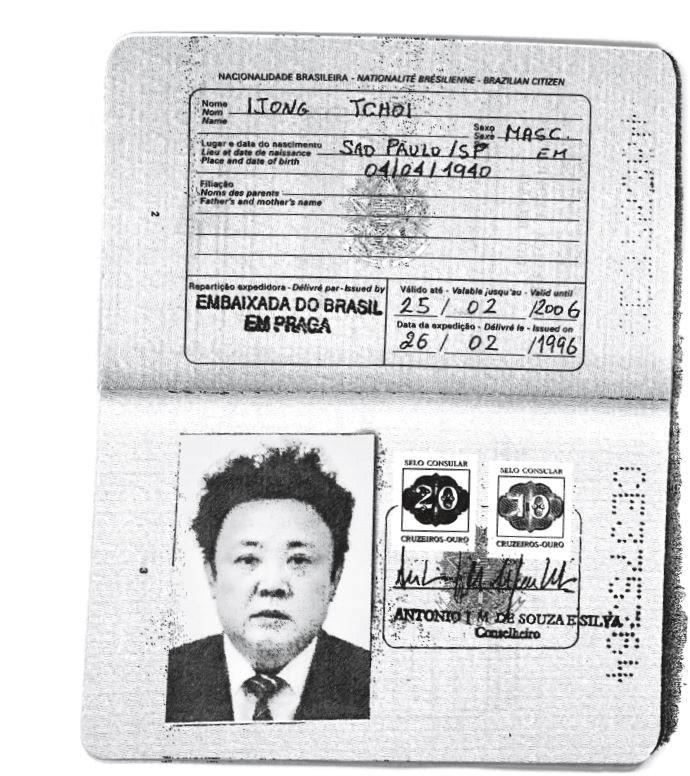故・金正日氏に発行されたブラジルのパスポート。ロイターがコピーを入手。Handout via REUTERS