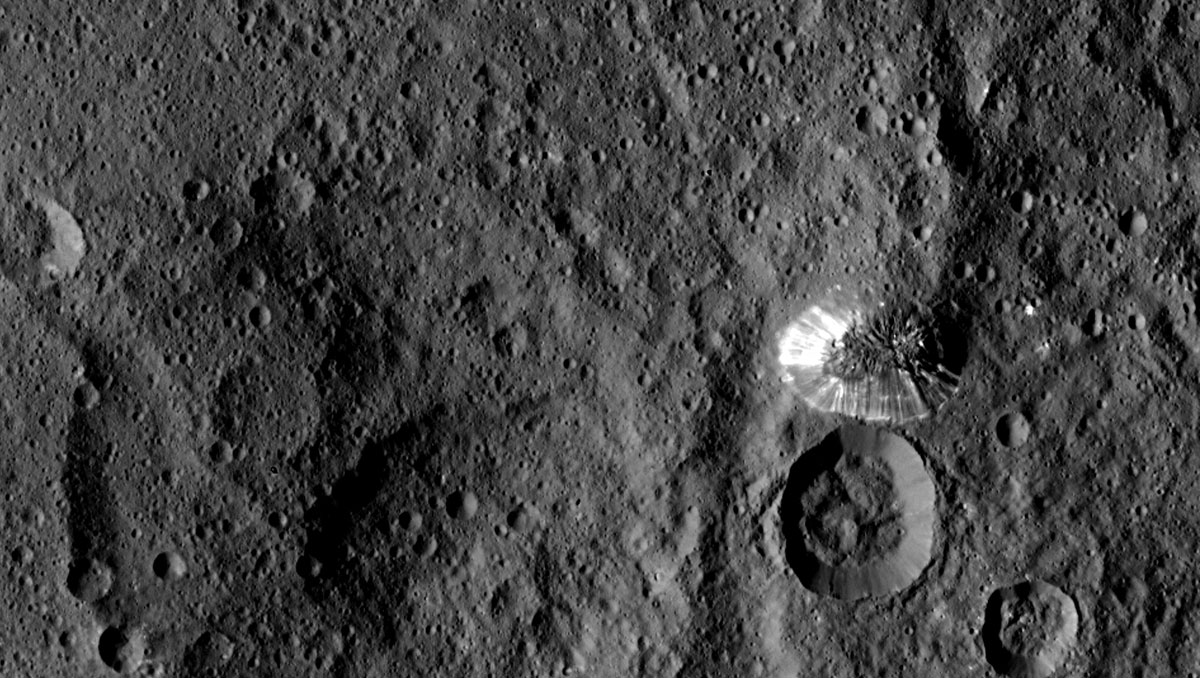 NASA が、準惑星ケレスにある円すい状の山の拡大写真を公開しました。... NASA、準惑星ケ