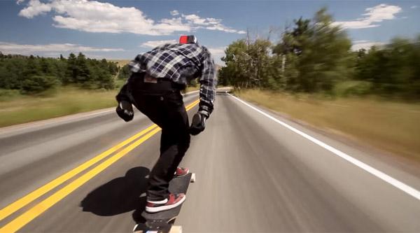 爆炸玩数!在滑板上超过100公里的高速公路探险对于无能的生活极度极端的挑战[视频]