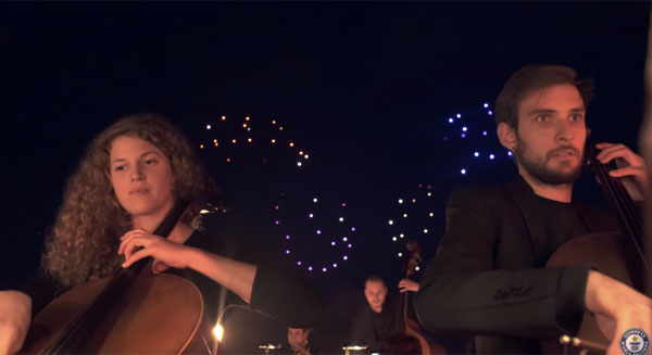 吉尼斯纪录更新!与100架无人机和一支管弦乐队联系的灯光秀被重新调整[视频]
