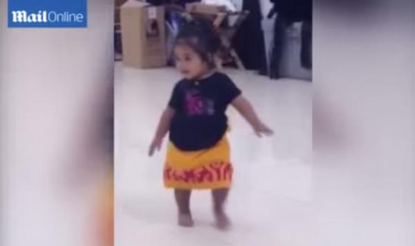 如果一个1岁女孩所表现出来的自然舞蹈感觉太大,无法在网上说话