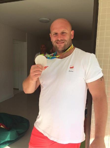 円盤投げのオリンピック選手が、病気の男の子のために銀メダルをオークションで売却