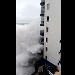 Una ola gigante arranca dos balcones en Mesa del Mar