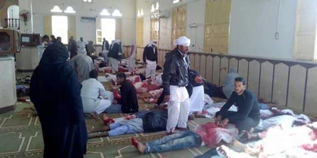 Varias personas permanecen junto a cuerpos sin vida en el interior una mezquita contra la que se ha perpetrado el ataque.