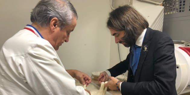 Cédric Villani a lancé sa candidature à la mairie de Paris par un périple de 24 heures dans la capitale qui l'emmène à la découverte de plusieurs activités, comme ici chez un boulanger.