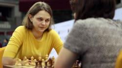 Une championne d'échecs a préféré perdre ses titres plutôt que de jouer en Arabie