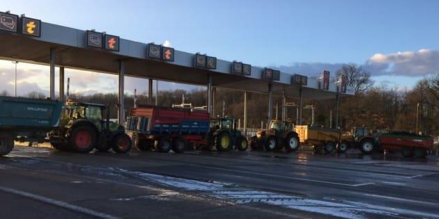L'autoroute A10 bloquée par les agriculteurs près de Tours ce vendredi 9 février 2018.