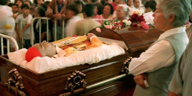 Una monja ve los restos del cardenal Juan Jesús Posadas Ocampo mientras su cuerpo descansaba en la catedral principal de Guadalajara el 25 de mayo. El cardenal Posadas y otras seis personas murieron el 24 de mayo durante un tiroteo entre narcotraficantes en el aeropuerto de la ciudad.