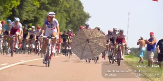 Le parasol a circulé sur la route au grand dam des coureurs qui ont dû faire des écarts pour l'éviter.