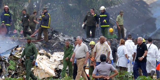 El presidente de Cuba, Miguel Diaz-Canel, recorre el territorio en donde cayó el avión cerca de La Habana.
