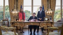 Macron met en scène en direct à la télé sa signature des lois de