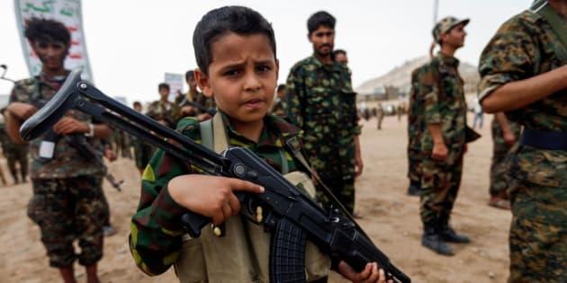 Un niño yemení posa con un Kalashnikov.
