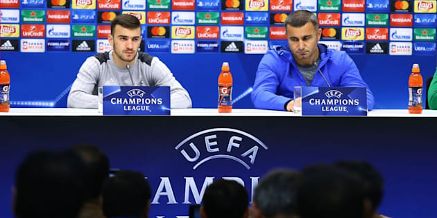 El entrenador del Qarabag FK, Kurban Kurbanov, con el jugador, Kara Karayev.