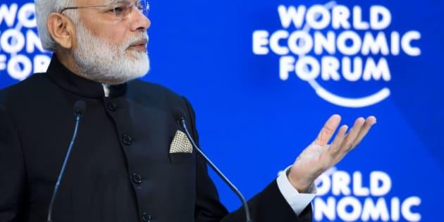 El primer ministro de la India, el ultranacionalista y populista Narendra Modi, en al World Economic Forum, vistiendo uno de sus costosos trajes cortados a medida en Savile Row (Londres)