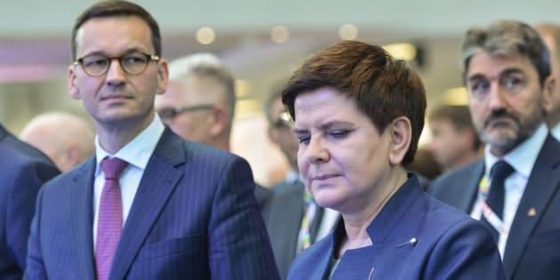 El nuevo primer ministro de Polonia, Mateusz Morawiecki, con la vice primera ministra, Beata Szydlo.