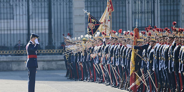 El rey Felipe VI saluda a la bandera en la Pascua Militar de enero de 2017.