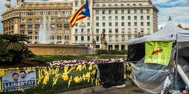 Lazos amarillos y carteles reivindicativos en la Plaza de Cataluña, Barcelona.