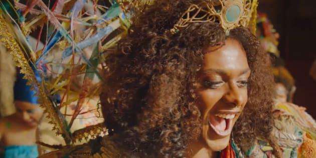 Liniker canta acompanhada do bloco Ilú Obá de Min em cena de '3%'.
