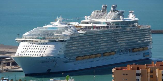 El 'Symphony of the Seas', de la compañía Royal Caribbean, durante su presentación en Málaga el 27 de marzo.