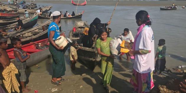 Rohingya in arrivo sulle coste del Bangladesh assistiti dal personale Moas sul campo