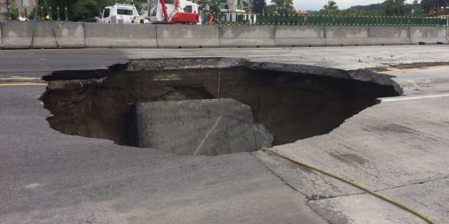 Dos personas murieron tras caer a socavón en una autopista en México