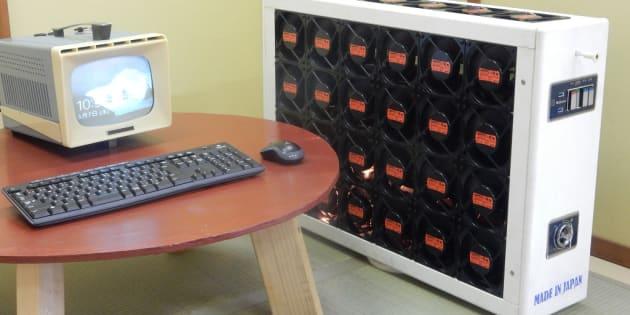 「扇風機パソコン」の本体(右)とモニター