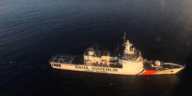 Los equipos de búsqueda de la guarda turca buscan supervivientes.