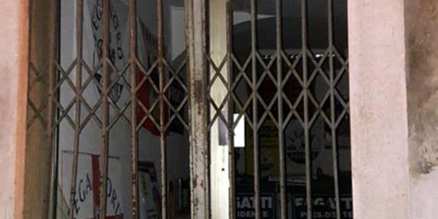 L'esplosione nella notte di una bomba carta ha mandato in frantumi alcuni vetri della sede della Lega ad Ala, nel Trentino meridionale, 13 ottobre 2018