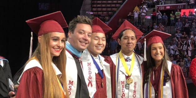 Le bel hommage de Jimmy Fallon aux lycéens de Parkland, lors de leur cérémonie de remise des diplômes.