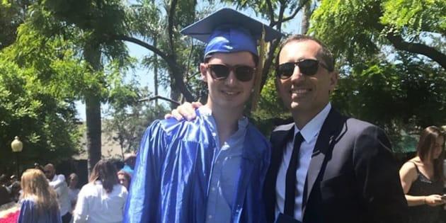 Noé et Gad Elmaleh à la cérémonie de remise de diplômes.