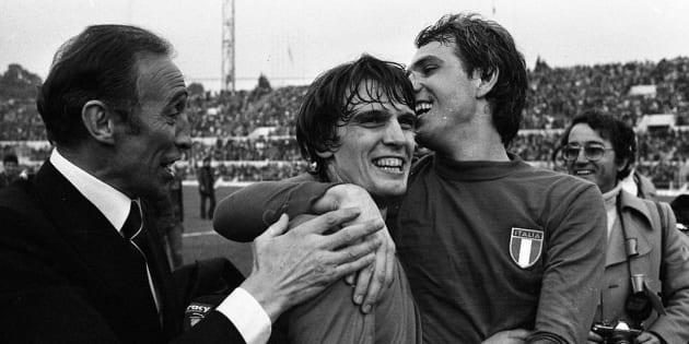 Bearzot festeggia con Tardelli e Bettega dopo la vittoria contro l'Inghilterra nel novembre 1976