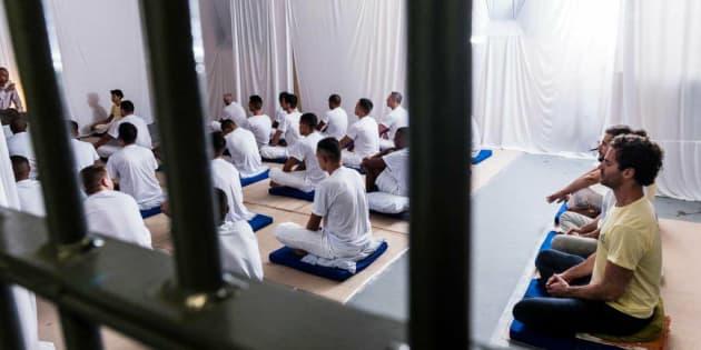 Detentos participam de aulas de meditação em Ribeirão das Neves (MG).