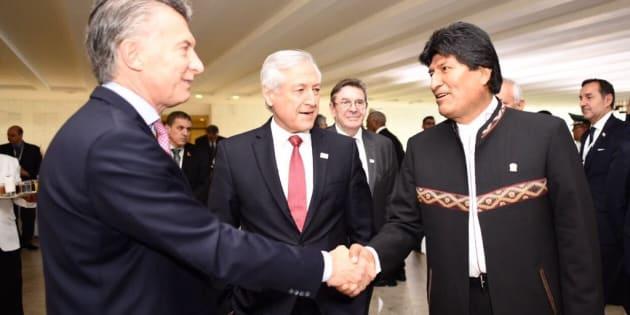 El presidente de Bolivia, Evo Morales (d), se reúne con el de Argentina, Mauricio Macri (i), y con el ministro de Relaciones Exteriores de Chile, Heraldo Muñoz, el jueves 21 de diciembre de 2017, durante la 51 Cumbre del Mercosur, en Brasilia (Brasil).