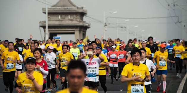 Des dizaines de coureurs de marathon en Chine prennent des raccourcis, voire se font remplacer. L'Etat a choisi de traquer les participants grâce à la reconnaissance faciale.