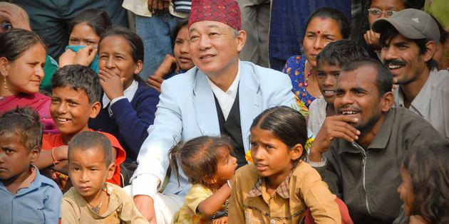 ネパールのハンセン病コロニーで住民たちと