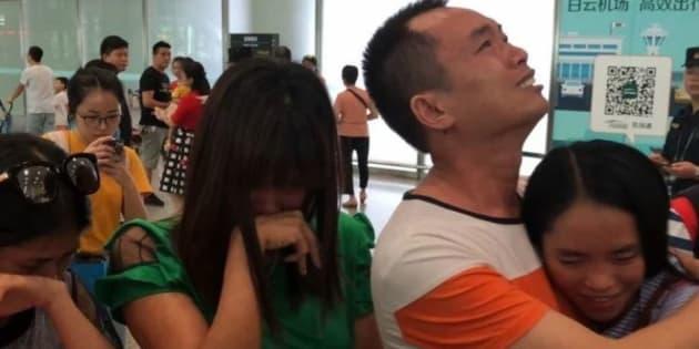 Kylee Bowers, abrazada por sus padres biológicos, a su llegada a China.