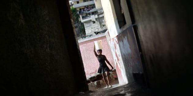 Una mujer lleva un cesto en un callejón de Puerto Príncipe, la capital de Haití.