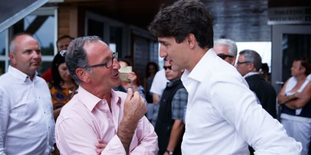 Richard Hébert en grande discussion avec le premier ministre Justin Trudeau lors de son passage dans la région de Lac-Saint-Jean. (Photo: Riley Lange)