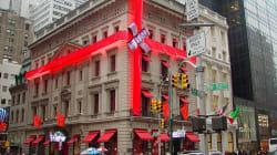 Una tienda de la Quinta Avenida de Nueva York felicita la Navidad en