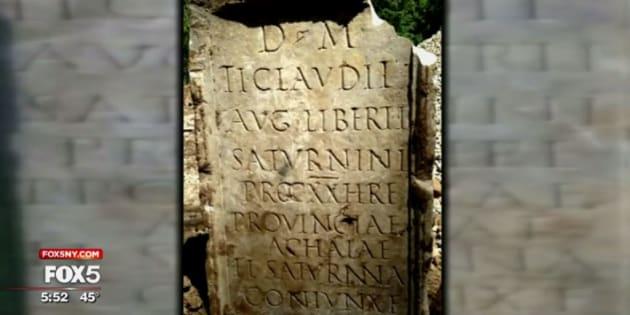 Cette pierre tombale n'a pas vraiment sa place dans le sol américain, à des milliers de kilomètres de Rome. Et pourtant...