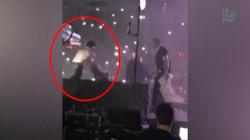 Ce chanteur est embarqué par la police en plein concert après avoir pété les