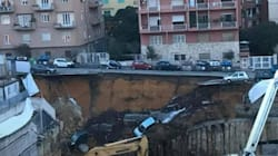 Cede un cantiere a Roma, in strada si apre una maxi voragine. Auto sprofondate di 15