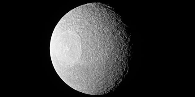Cette photo de Téthys a été prise par la sonde Cassini le 10 novembre 2016.