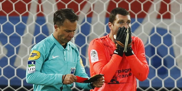 L'arbitre Johan Hamel vient d'exclure Rémy Vercoutre lors de Caen-Lille le 13 janvier 2018.