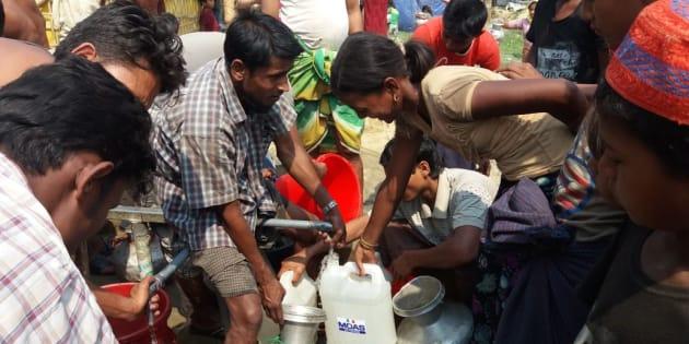 Raccolta di acqua potabile in un campo di profughi Rohingya in Bangladesh dove MOAS sta portando assistenza medica.