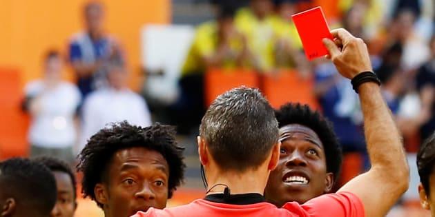 Carlos Sánchez (derecha) observa al árbitro Damir Skomina, quien lo expulsó en los primeros minutos del debut de Colombia en Rusia 2018.