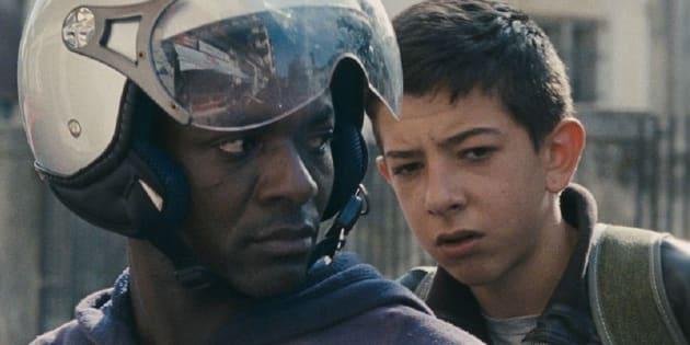 Pio em cena com o motoboy Ayiva (Koudous Seihon), um dos refugiados africanos na região de Calábria.